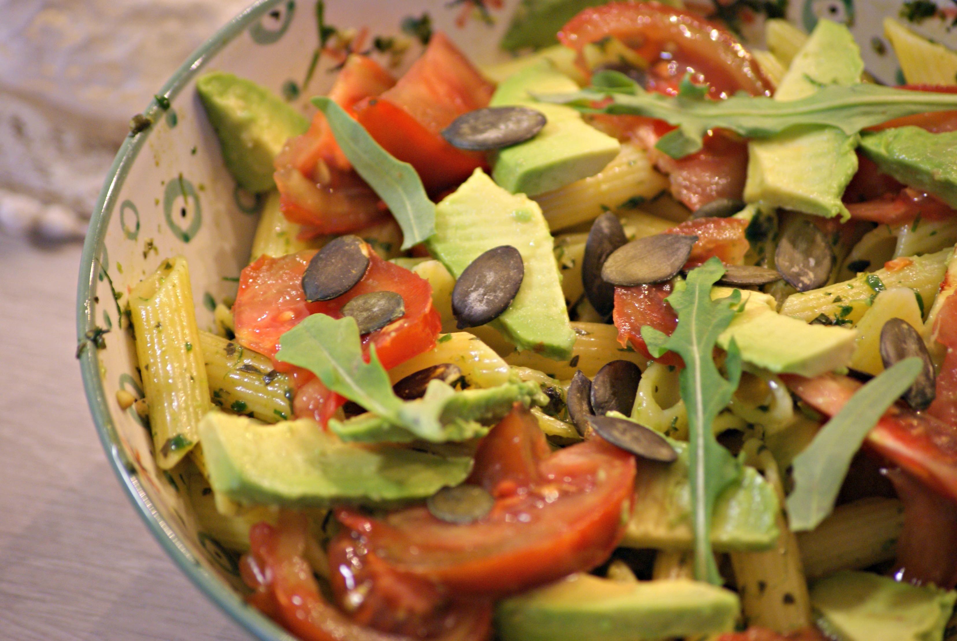 Salade de pâtes au pesto, avocat, tomates et graines de courge - Salade Pates Pesto